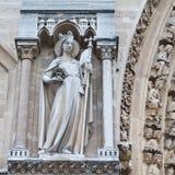 Skulpturer på fasad av Notre Dame (katolsk domkyrka) i Paris Royaltyfri Bild
