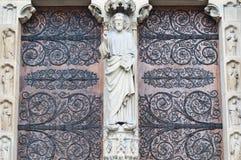 Skulpturer på fasad av Notre Dame (katolsk domkyrka) i Paris Arkivbild