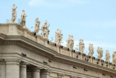 Skulpturer på fasaden av Vatican City arbeten Arkivbild