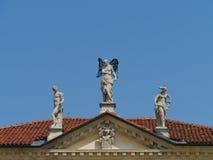 Skulpturer på taket Arkivbilder