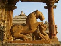 Skulpturer som dekorerar det hinduiska tempelet i Kajuraho Royaltyfria Foton