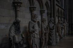 Skulpturer som visar helgon inom Notren Dame Cathedral i Rouen, Frankrike arkivbilder