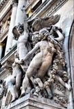 Skulpturerna på facaden av den storslagna operan Arkivfoto