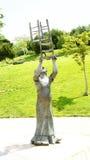 Skulpturhedersgåva till clownen Charlie River arkivfoto