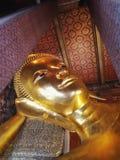 Skulpturhuvud och framsidaguld buddha Royaltyfria Bilder