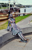 Skulpturmädchentourist Lizenzfreie Stockfotos