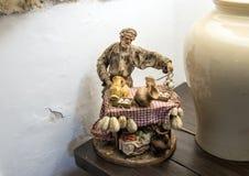 Skulpturman och mattabell på Masseria Il Frantoio, sydliga Italien Arkivbild