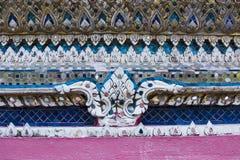 Skulpturmuster in der Wand von Wat Arun Stockbild