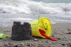 Skulpturschloßform gebildet mit Strandsand Lizenzfreies Stockfoto