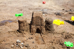 Skulpturschloßform gebildet mit Strandsand Stockbilder