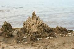 Skulpturschloßform gebildet mit Strandsand Lizenzfreies Stockbild