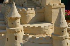 Skulpturschloßform gebildet mit Strandsand Stockfoto