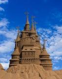 Skulpturschloßform gebildet mit Strandsand Stockfotografie