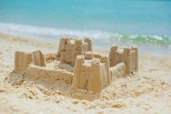 Skulpturschloßform gebildet mit Strandsand Lizenzfreie Stockbilder