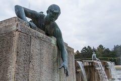 Skulpturspringbrunn nära universitetet av Debrecen Royaltyfri Fotografi