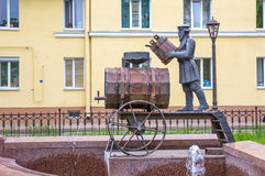 Skulpturspringbrunnen ' Kronstadt vatten carrier' , Kronstadt Ryssland Arkivbilder