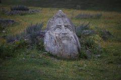 Skulptursteingesichter schnitzten vom Stein-einmarkstein des Dorfs von SNO in der Gebirgsregion von Georgia stockfoto