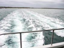 Skum för vitt hav och bubblor av en våg från rörelsen av det stora motoriska fartyget fotografering för bildbyråer