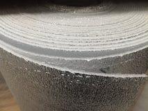 Skum f?r polyetylenisoleringsisolering med aluminiumfolie i rullar i lager arkivbilder