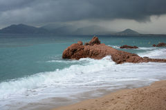 Skum vinkar över stranden Arkivbilder