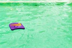 Skumbräde för undervisningen av simning Arkivbilder