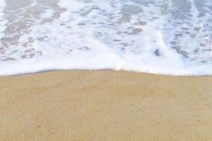 Skumhav på sandbakgrunden Royaltyfri Bild