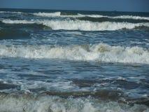 Skumma havsvågen stänger sig lager upp på havet royaltyfri fotografi