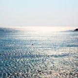 skumma och skumma i havet av medelhavs- Grekland Royaltyfri Foto