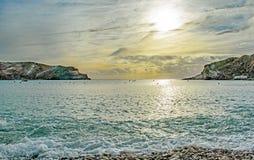 Skumma på stranden på den Lulworth lilla viken, Dorset royaltyfri bild