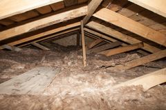 Skumma plast- isolering av ett nytt hem på ett nytt tak Arkivbild