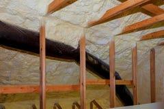 Skumma plast- isolering som installeras i det slutta taket av det nya ramhuset royaltyfri fotografi