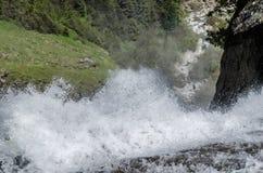 skumma vatten av vattenfallet Arkivbild