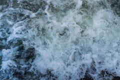 Skumma vatten i en rusaflod arkivbilder