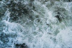 Skumma vatten i en rusaflod royaltyfri bild