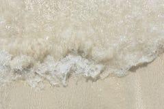 Skummande vågor faller ut Arkivbilder