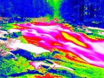 Skummande vattennivå av vattenfallet, kurvor mellan stenblock av forsar Vatten av bergfloden i det infraröda fotoet Fantastisk th Arkivbild
