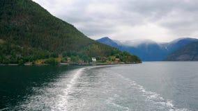 Skummat spår på yttersidavatten från skruven av skeppet som seglar bakåt på fjordar arkivfilmer