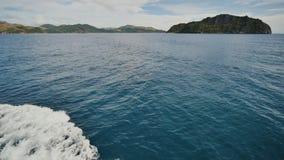 Skumvåg av havsyttersidan från rörelsen av färjan Sikt av de Busanga bergen Staden av Coron _ lager videofilmer