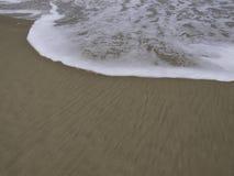 Skumvåg på stranden royaltyfri fotografi