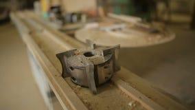 Skupia się na świderze dla pracować szczegóły w warsztacie lub przetwarzać drewniane części i zdjęcie wideo