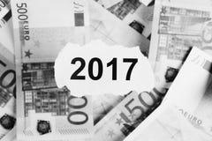Skupia się na słowach 2017 na kawałku poszarpany biały papier withdollar Zdjęcie Stock
