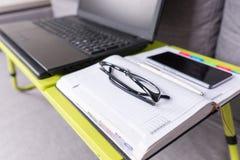 Skupia się na szkłach kłama na laptopu stole Fotografia Stock