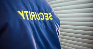 Skupia się na pracownik ochrony kurtce blisko story Zdjęcia Stock