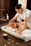 Skupiająca się Azjatycka ciemnowłosa kobieta jest doświadczonym masażu mistrzem zdjęcie stock
