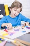 Skupiająca się chłopiec z sztuk naczyniami Obrazy Stock