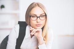 Skupiający się bizneswoman w szkłach Zdjęcia Royalty Free