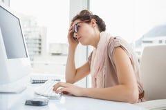 Skupiający się bizneswoman z szkłami używać komputer Zdjęcie Royalty Free