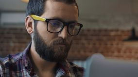 Skupiający się brodaty mężczyzna używa komputer obraz royalty free