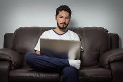 Skupiający się mężczyzna pracuje mocno w domu obrazy stock