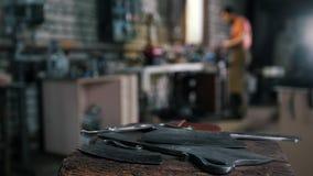 Skupiający się warsztat - mleć żelaznych knifes z błyska zbiory